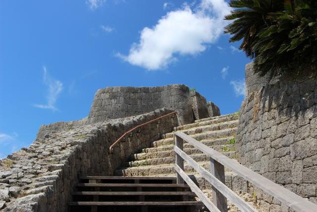 城の上部までは急な階段